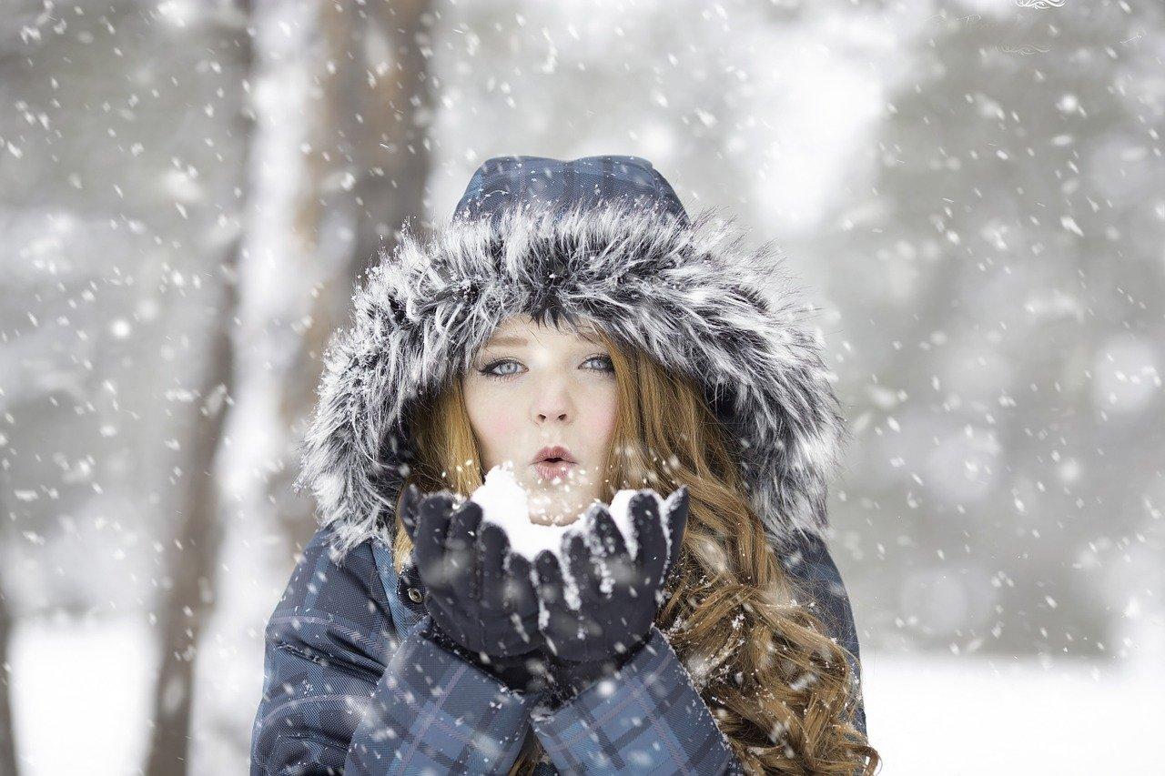 Frau im Schnee fit und sportlich